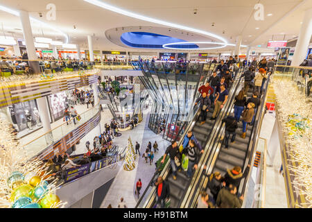 PEOPLE AT MILANEA SHOPPING CENTRE, CHRISTMAS TIME, STUTTGART, BADEN-WURTTEMBERG, GERMANY - Stock Image