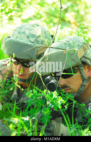 090609-A-9115W-038  Soldiers setup a listening and observation post during their Warrior Leader Course in the woods - Stock Image
