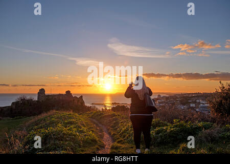 Hastings, East Sussex, UK. 28th January 2019. Cold clear sunset at the Castle, with widespread frost forecast and snow for the South East. - Stock Image