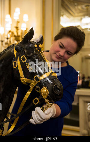 *** EMBARGOED to 00:01 BST, FRIDAY, 21 JULY 2017 *** Bronze model of Burmese, The Queen's riding horse, created - Stock Image