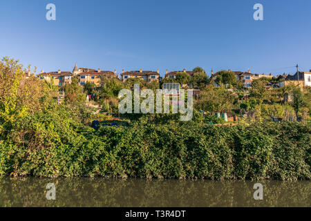 Bath, North East Somerset, England, UK - September 27, 2018: Houses at the Kennet and Avon Canal - Stock Image