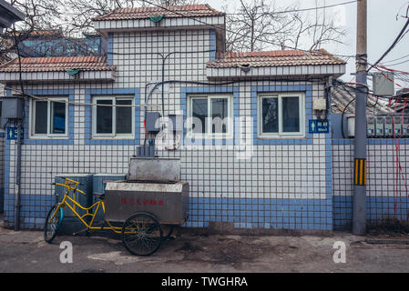 Toilet building in traditional hutong residential area in Dongcheng district of Beijing, China - Stock Image