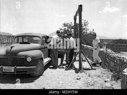 Trinity Test Site, Loading Gadget Components, 1945 - Stock Image