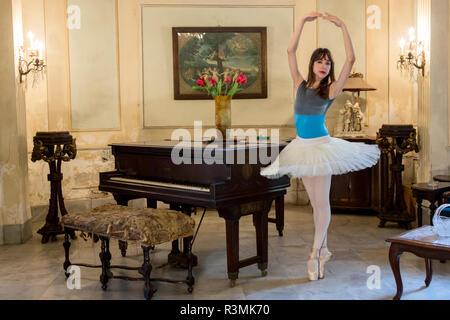 Cuba, Havana. Ballerina poses in parlor. Credit as: Wendy Kaveney / Jaynes Gallery / DanitaDelimont.com - Stock Image