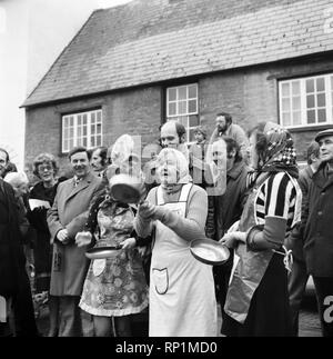 Olney, Bucks. Pancake Race England. Winner Sally Ann Faulkner, 17. February 1975 75-00821-002 - Stock Image