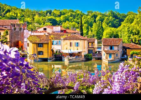 Mincio river and idyllic village of Borghetto view, Veneto region of Italy - Stock Image