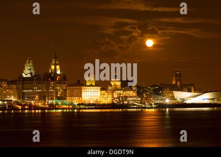 Moon rising over Liverpool skyline - Stock Image