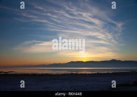 Beautiful sunset with wispy clouds and mountains at the Salton Sea in North Shore, California - Stock Image