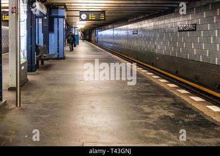 Berlin, Senefelderplatz Underground U-bahn railway station.Platform and Grey tiled interior - Stock Image