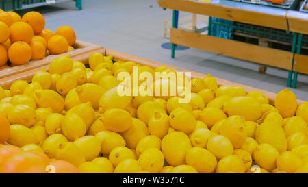 Yellow lemons at supermarket - Stock Image