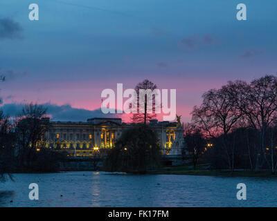 A pink sunset behind Buckingham Palace - Stock Image