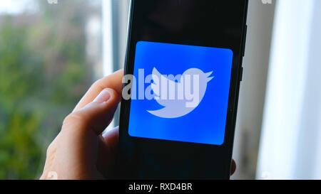 hand Twitter app symbol smartphone - Stock Image