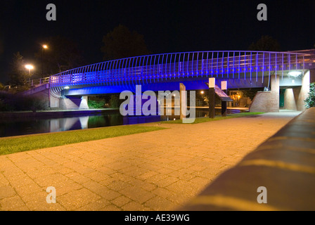 PICTURE CREDIT Doug Blane Blue bridge at night in Newbury on the kennet and avon canal - Stock Image