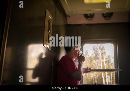 TCHITA, RUSSIE, MAI 19 : Il est interdit de fumer a bord du train, seulement entre deux wagons a Tchita le 19 mai, - Stock Image
