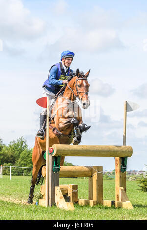 Rockingham Castle, Corby, UK. 21st May, 2017. Andrew James and his horse Cool Chica clear a narrow triple log fence - Stock Image