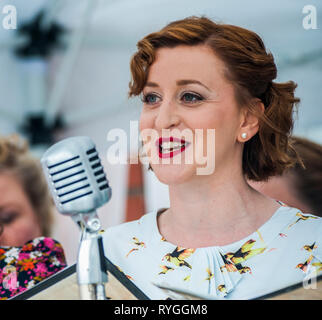 Woodhall Spa 1940s Festival - Military Wives Choir singing n traditional 1940s outfits - Stock Image