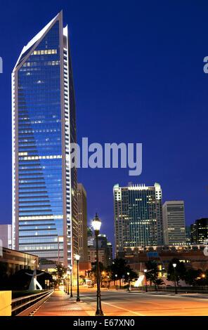 Charlotte, North Carolina. Duke Energy tower at night. - Stock Image
