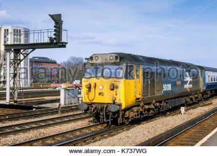 Class 50 diesel locomotive 50018 passing through Reading Station, Berkshire, UK – 1985 - Stock Image