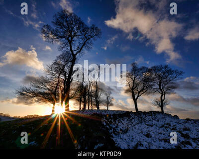 Moat Low, Derbyshire. 28th Dec, 2017. UK Weather: Moat Low Derbyshire spectacular sunset over the snow capped Bronze - Stock Image