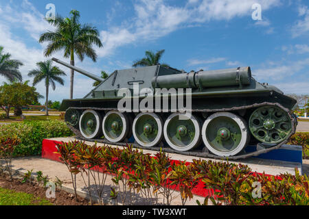 Tank from the 1961 American invasion at the entrance to the village of Caleton, Playa Larga, Bahia de Cochinos (Bay of Pigs) Cuba, Caribbean - Stock Image