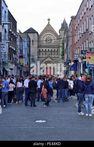 John Kehoe's pub,  9 South Anne Street, Weekday evening bar overflow, St. Ann's Church, Dawson Street, Temple Bar area, Dublin, Ireland 180621_68463 - Stock Image