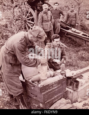 756.WW2 Eastern Front, Russia. Ukrainian soldiers fuse the shells prior to battle. - Stock Image