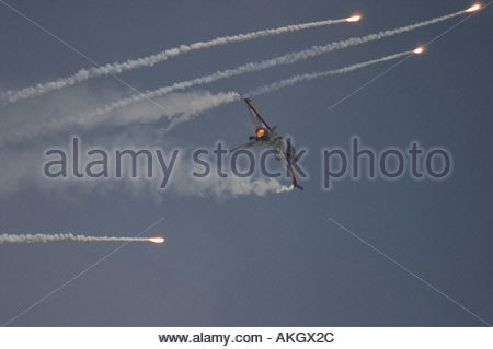 General Dynamics F 16AM Fighting Falcon firing flares Rivolto Italia Air show 2005 Netherlands Air Force - Stock Image
