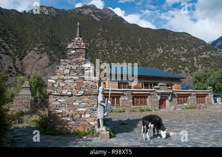 Village homestead at Xiuba on Route 318, eastern Tibet, China - Stock Image