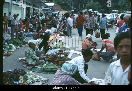 Buyers and sellers at a street market; area of Kota Kinabalu, Sabah, N Borneo, Malaysia. - Stock Image