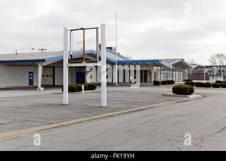 Car dealer out of business. Dealership signs have been removed and the building is closed, vacant and empty. - Stock Image