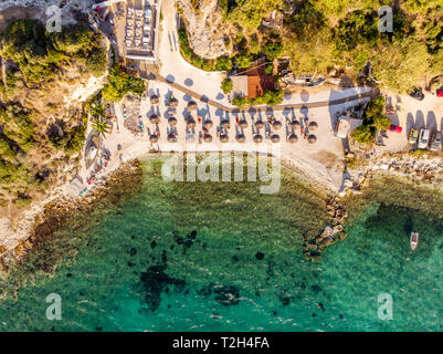 Beach Bar and clear blue waters at Karnagio, Thassos - Stock Image