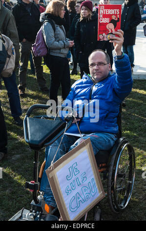 Geneva, Switzerland. 8th January 2015. A disabled journalist attending a vigil in Geneva's Place de Neuve to - Stock Image