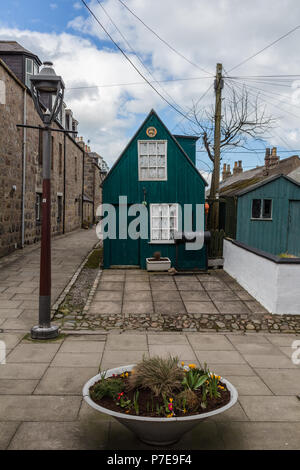 Turquoise green outhouse in the quaint streets around Footdee, Aberdeen, Scotland, UK. - Stock Image
