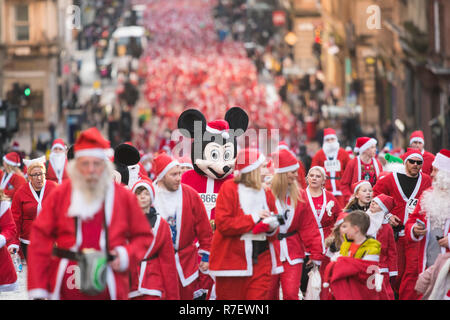 Glasgow, Scotland, UK - 9 December 2018: thousands of santas and Mickey and Minnie Mouse running through the streets of Glasgow today in the annual Santa Dash Credit: Kay Roxby/Alamy Live News - Stock Image