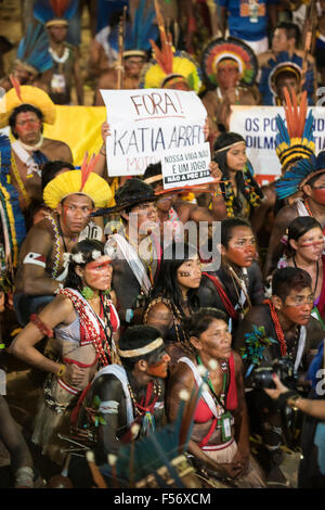 Palmas, Brtazil. 28th Oct, 2015. Indigenous people wave banners in protest against PEC 215, a proposal to amend - Stock Image