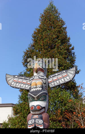 Thunderbird sculpture on top of Victory through Honour totem pole in front of Brock House, University of British Columbia, Vancouver, BC, canada - Stock Image