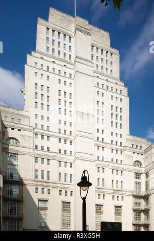 The Senate House, University of London, Bloomsbury, London, an Art Deco building by Charles Holden. - Stock Image