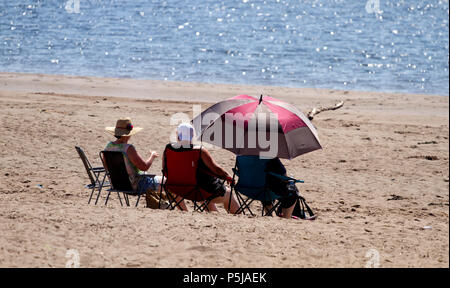Dundee, Tayside, Scotland, UK. 27th June, 2018. UK weather: Sunbathers enjoying the hot sunny weather on Broughty Ferry beach in Dundee with temperatures reaching 20º Celsius. Credits: Dundee Photographics / Alamy Live News - Stock Image