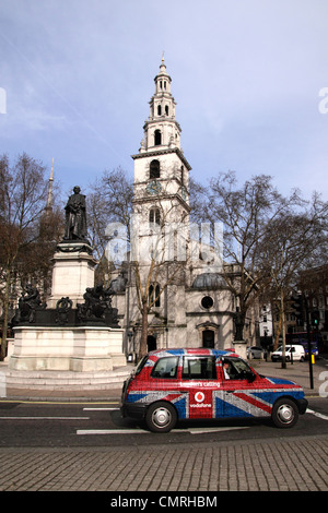 St Clement Danes Church and London Taxi at The Strand London - Stock Image