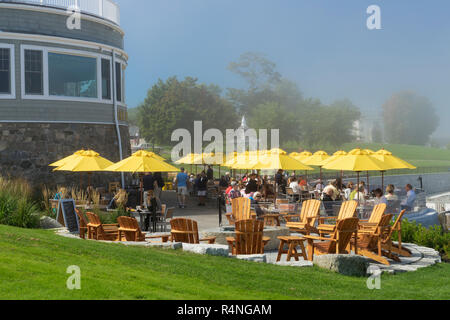 People eating outside at the terrace of the Bar Harbor Inn, Bar Harbor, Maine, USA. - Stock Image