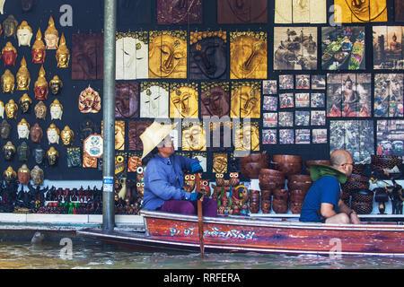 Damnoen Saduak, Thailand - August 29, 2018: Art Shop at Damnoen Saduak Floating Market, Ratchaburi, Thailand. - Stock Image