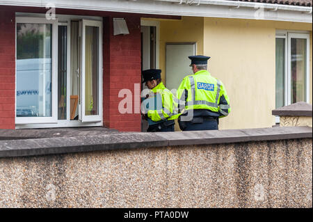 Macroom, West Cork, Ireland. 8th Oct, 2018. Gardai conduct house to house enquiries as part of the investigation into the murder of 44 year old Timmy Foley. Photo: Andy Gibson. Credit: Andy Gibson/Alamy Live News - Stock Image