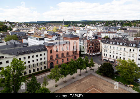 Buildings in the centre of Wiesbaden, the state capital of Hesse, Germany. Schlossplatz is seen in the direct foreground. - Stock Image