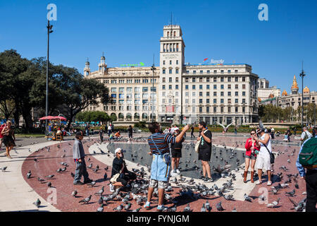 Plaza De Catalunya, Tourists with doves, Barcelona, Spain - Stock Image