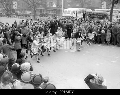 Traditional Pastimes The Olney Pancake Race  Febuary 1956 The ladies start the race - Stock Image