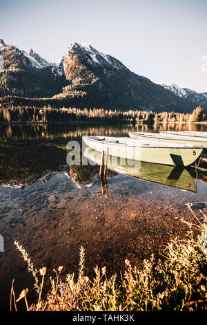 Colorful summer sunrise on the Hintersee lake with white pleasure launches. Sunny morning scene in Austrian Alps. Salzburg-Umgebung, Austria, Europe. - Stock Image