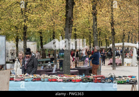 People browsing items at an open air street market, Dijver, Bruges, Flanders, Belgium - Stock Image