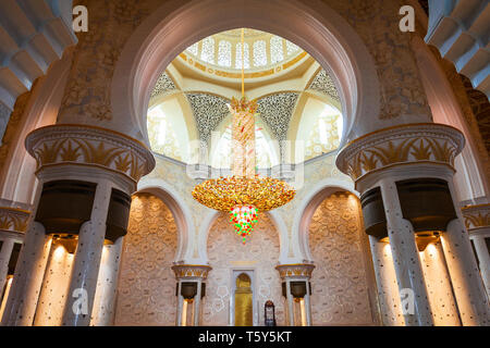 ABU DHABI, UAE - FEBRUARY 28, 2019: Chandelier in the praying hall of the Sheikh Zayed Grand Mosque, the largest mosque of UAE, located in Abu Dhabi - Stock Image