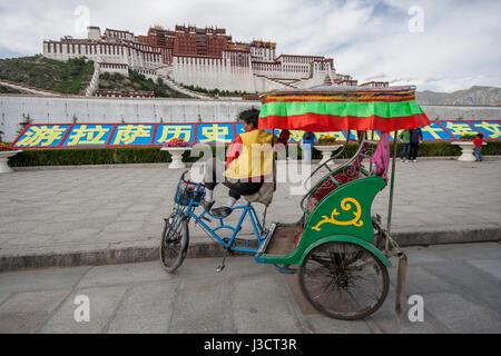 Bicycle rickshaw in front of Potala Palace, Lhasa, Tibet - Stock Image