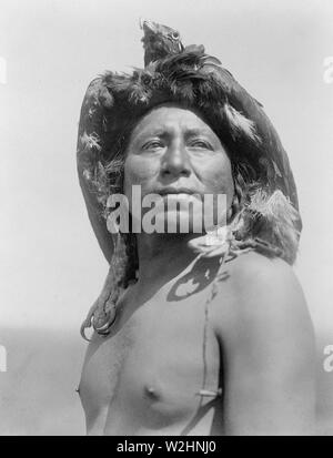 Edward S. Curtis Native American Indians - Apsaroke shaman, head-and-shoulders portrait, facing front, wearing eagle headdress ca. 1908 - Stock Image